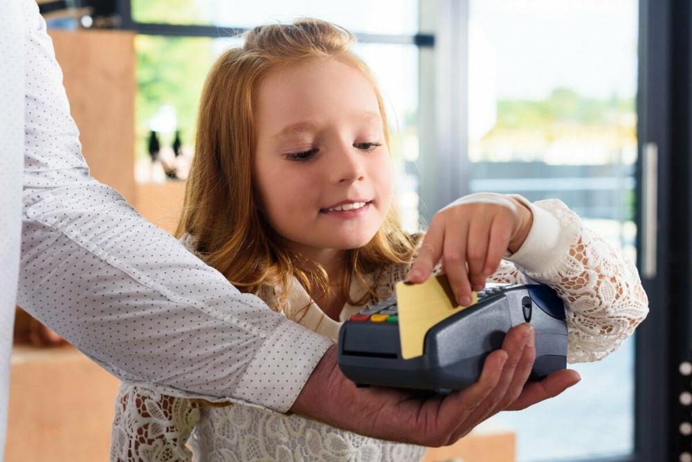 Детская банковская карта: как правильно ею пользоваться